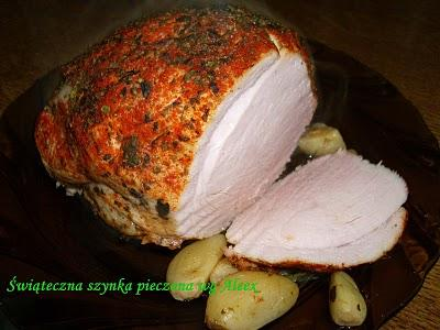 Świąteczna szynka pieczona wg Aleex Składniki: • 1,5 kg szynki bez kości • kostka rosołowa lub pieczeniowa – do pieczenia  Marynata: • 5 ziaren ziela angielskiego • 2 listki laurowe • 4 - 5 ząbków czosnku • 2 litry wody • 4 łyżki soli peklowej  Na wierzch: • wegeta • papryka słodka w proszku • Delikat Knorr'a do mięs • majeranek Sposób przygotowania:  1. Mięso umyć, osuszyć. Do garnka wlać wodę, wsypać sól peklową, dodać ziele angielskie, liście laurowe, czosnek i odstawić na 3 - 5 dni w chłodne miejsce. Można nadać mu ładny kształt, sznurując je. 2. Podczas leżakowania mięsa przekręcić je kilka razy, aby przyprawy równomiernie się rozeszły po mięsie. 3. Po 3 – 5 dniach wyjąć mięso z marynaty, osuszyć i natrzeć przyprawami. Odstawić do lodówki na 2-3 godziny. 4. Po tym czasie włożyć mięso do rękawa foliowego. Wlać do środka 1,5 szklanki wody, włożyć ząbki czosnku z marynaty i kostkę rosołową lub pieczeniową. 5. Wstawić do piekarnika rozgrzanego do 190 – 200 stopni C. Piec 1,5 godziny. Szyneczka świetnie smakuje na ciepło i na zimno jako domowa wędlina.