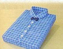 Zapakuj prezent w papier normalnym sposobem. Z papieru wytnij dwa paski, tak długie, aby z jednego zrobić kołnierzyk a z drugiego pasek z guzikami po środku koszuli. Jeden z pas...