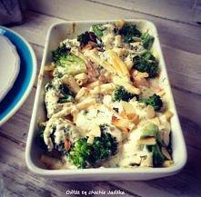 Zapiekanka makaronowa z łososiem i brokułami w sosie śmietanowym.   link do przepisu w pierwszym komentarzu.