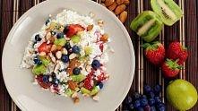 Twarożek z owocami i migdałami