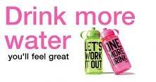 Nikt nie osiągnie idealnej sylwetki bez picia odpowiedniej ilości wody! Dwa litry - to Twoje minimum w ciągu dnia. Woda nie musi być nudna - możesz dodać do niej świeże owoce i ...