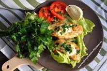 Kurczak z mozzarellą i suszonymi pomidorami :      Składniki (na 6 porcji): 1 podwójna pierś z kurczaka mozzarella- 125 g 3 suszone pomidory łyżka oleju rzepakowego szczypta zie...