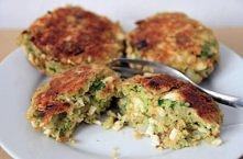 Kotlety jajeczno-brokułowe   Składniki 8 ugotowanych jajek 2 surowe jajka 1 brokuł (ok 500g) 2 łyżki gałki muszkatołowej cebulka zielona 1 mała cebula bułka tarta sól, pieprz, p...