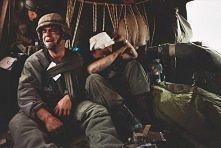 Amerykański żołnierz, Ken Kozakiewicz, popadł w rozpacz jak się dowiedział, że w worku obok jest jego najlepszy przyjaciel - Any Alainz. To zdjęcie zdobyło nagrodę World Press P...