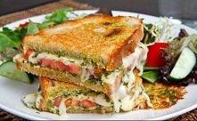 Składniki: (1 porcja) -2 kromki chleba tostowego -garść liści szpinaku -1/2 łyżki masła -1 ząbek czosnku -2-3 suszone pomidory -4-5 plastrów mozzarelli -sól i pieprz do smaku Pr...