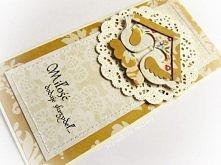 Przestrzenna kartka ślubna kremowo-żółta, przeznaczona na wyjątkowe życzenia w niecodziennej oprawie, zdobiona delikatnymi przeszyciami oraz papierowym domkiem, nawiązującym do ...