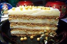 Miodownik z masą grysikową  ciasto: 3 szklanki mąki pszennej 1/2 szklanki cukru pudru 5 łyżek miodu 1 łyżeczka sody 1/3 kostki masła 1 jajko 2 łyżki kwaśnej śmietany 18% krem: 2...
