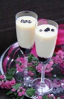 champagne sabayon Składniki: 425 g borówki amerykańskiej ( jagód) 4 żółtka 2 łyżki cukru pudru 1/2 szklanki białego wina musującego  Wykonanie: Rozłożyć borówki do pucharków i s...