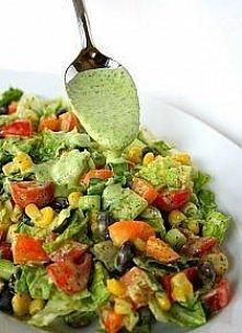 Pyszna salatka idealna do grillowanego mięsa... pomidory kukurydza ciemne oliwki dymka kilka listków sałaty masłowej dressing: b. duży pęczek pietruszki sok z cytryny mały ząbek...