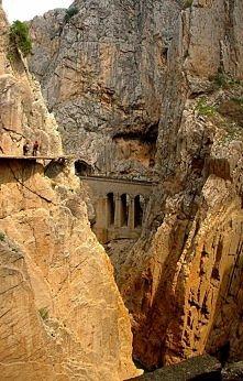 El Caminito del Rey - Ścieżka Króla w hiszpańskiej prowincji Málaga.Obecnie nieczynny szlak pieszy ciągnący się wzdłuż stromych ścian wapiennego wąwozu w parku narodowym Desfila...