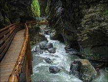 Wąwóz Liechtensteinklamm w Alpach austriackich.  Wąwóz jest dostępny do zwiedzania od maja do października. Liczne tunele wykute w skale, pomosty i drewniane mostki umozliwiaja ...