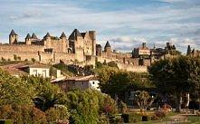 Carcassonne, Francja. Historyczne miasto. Zabytkowa architektura stanowi największy w Europie średniowieczny kompleks urbanistyczny.