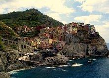 Cinque Terre to pięć górskich miasteczek usytuowanych na skałach na wybrzeżu liguryjskim we Włoszech. Na zdjeciu jedno z nich...Corniglia. Słynie z niezwykle elitarnej plaży nat...