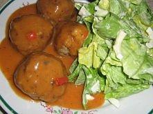 KULKI mielonego z kasza jęczmienną polane sosem paprykowym plus sałata
