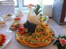 piekna dekoracja stolu z owocow