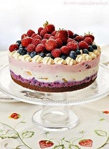 Kolorowy sernik z letnimi owocami na herbatnikach. Przepis po kliknięciu w zdjęcie.