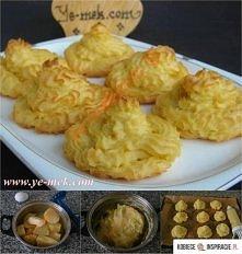 Ziemniaki Duchesse 675 g ugotowanych tłuczonych ziemniaków 1-2 żółtka 50 g masła gałka muszkatołowa sól pieprz tłuszcz do nasmarowania blachy żółtko do posmarowania ciasteczek z...