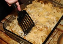 Gyrosowa zapiekanka Gyrosowa zapiekanka: 300 g makaronu (kształt dowolny) 2 duże piersi kurczaka, 1/2 torebki mieszanki przypraw gyros, oliwa z oliwek, 1/2 słoiczka czarnych oli...