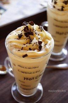 Kawa mrożona Na 2 porcje 400 ml mleka 4 łyżeczki kawy rozpuszczalnej 50 ml gorącej wody 2 łyżeczki brązowego cukru 200 ml świeżej śmietany 30 % 1 łyżeczka cukru pudru wiórki cze...