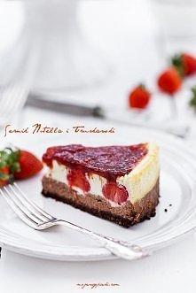 Sernik nutella z truskawkami Składniki na czekoladowy spód:  150 g ciastek pełnoziarnistych typu digestive (lub owsianych, maślanych) 1,5 łyżki kakao 40 g masła, roztopionego Ci...