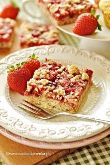 Szybkie ciasto z truskawkami i płatkami owsianymi. Przepis po kliknięciu w zdjęcie.