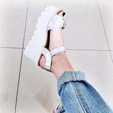 Wybór naszej pracownicy - hologramowe, srebrne sandały, idealne na słoneczny dzień   ZAPRASZAMY NA NASZ PROFIL NA INSTAGRAMIE @MONASHEPL