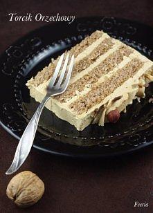 Torcik Orzechowy  Orzechowy biszkopt przekładany maślanym kremem. Robiłam go na wzór torcika z Delicji, który jest jednym z niewielu smakujących mi kupnych tortów. Efekt zachwyc...