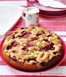 Ciasto z rabarbarem truskawkami i jogurtem. Przepis po kliknięciu w zdjęcie.