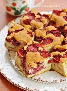 Puszyste ciasto z truskawkami. Przepis po kliknięciu w zdjęcie.