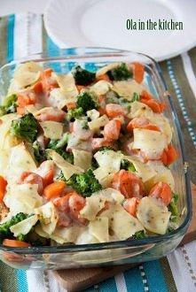 Zapiekanka z kurczakiem i warzywami  Składniki:  2 duże piersi z kurczaka  800 g ziemniaków  500 g brokułów 5 średniej wielkości marchewki  150 g sera topionego w plasterkach ze...