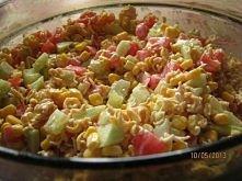 """Sałatka z zupek Vifon  SKŁADNIKI  •1 ogórek zielony •2 średnie pomidory •1 puszka kukurydzy •2 zupki Vifon """"Złoty kurczak"""" (makaron+przyprawy) •majonez  Pomidory i ogó..."""