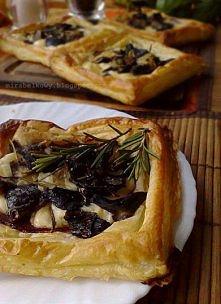 Tartaletki z salami, serem i grzybami leśnymi