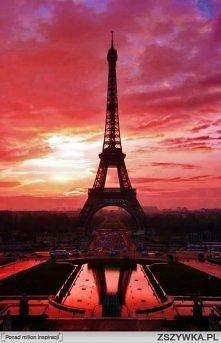 Widok na wieżę Eiffela podczas zachodu słońca...