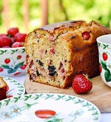Mleczne ciasto z truskawkami i czekoladą. Przepis po kliknięciu w zdjęcie.
