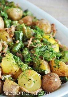 niebo na talerzu: Sałatka z młodych ziemniaków  składniki:   - kilogram niedużych, młodych ziemniaków - kilka plasterków chudego, wędzonego boczku - kilka plasterków szynki lub ...
