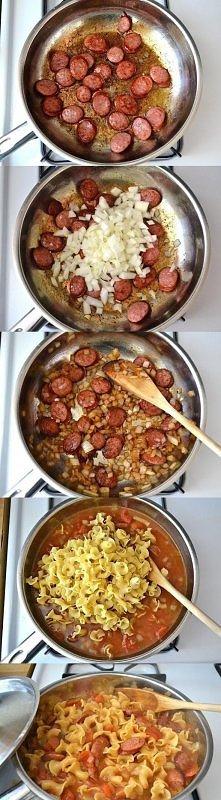 Podsmaż cebulkę, potem dodaj kiełbaskę, zalej pomidorami z puszki i wodą wrzuć makaron wymieszaj przykryj i gotuj na małym ogniu aż makaron zmięknie, na końcu zetrzyj sera przyk...