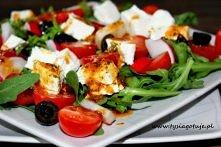 Składniki: na 2 porcje 400 g rukoli 200 g sera typu feta 1/2 szklanki czarnych oliwek 300 g pomidorków koktajlowych Sos: 6 łyżek oliwy z oliwek 2 łyżki octu balsamicznego 2 łyżk...