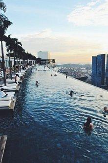 Marina Bay Hotel Słynny hotel Marina Bay Sands położony jest nad zatoką. Ten luksusowy obiekt zapewnia basen bez krawędzi na dachu, 20 lokali gastronomicznych oraz światowej kla...