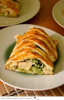 Składniki: - 1 mały brokuł - 1 op. ciasta francuskiego - 1 podwójny filet z kurczaka - 6 łyżek startej mozzarelli - 1 jajko - sól i pieprz - oregano - olej do smażenia Sposób pr...