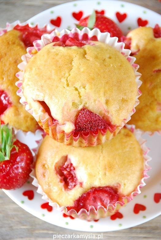 Muffinki z truskawkami  Bardzo delikatne, puszyste, mięciutkie muffinki na jogurcie z dodatkiem owoców truskawek.  Kliknij w zdjęcie! :)