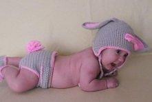 komplecik króliczka na szydełku 3m czapeczka z uszkami i kokardką na środku c...