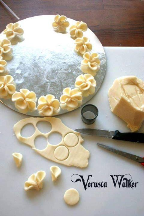 how to make tiny flowers from fondant