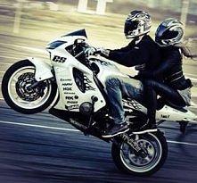 Ludzie nie rozumieją, nazywając nas dawcy, Lecz ja nie jestem wszyscy, nie nazywam się każdy, Mam rozum, serce, pasję, której nie oddam za nic, Motocykl mą miłością, lecz nie da...