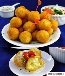 kulki ziemniaczane z serem (Podane z ulubionym sosem i surówką będą świetnym daniem głównym, mogą stanowić również dodatek do dań mięsnych) Składniki: 700 gramów ugotowanych zie...