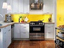 Lekkie połączenie żółtego i bieli sprawia, że kuchnia jest jasna i elegancka  Wszystko ma swoje miejsce, a mnóstwo szafek sprawia, że każdy centymetr przestrzeni jest zagospodar...