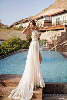 Idealna suknia ślubna, jeżeli planujecie ślub na wyspach. Jest wykonana z lekkiego szyfonu i posiada koronkowy top, co sprawia, że narzeczona wygląda fantastycznie <3