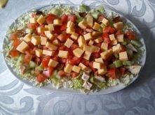 Szybka sałatka Składniki: 1 sałata lub mała kapusta pekińska 4-5 filetów drobiowych 50 dag sera żółtego 4 pomidory 2 zielone ogórki 1 butelka gotowego sosu francuskiego helmanz ...