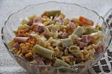 Szybka sałatka makaronowa Składniki: » makaron ok 200g (kokardki, literki itp.), » puszka kukurydzy, » szynka wieprzowa wędzona ok 200g, » majonez ok 2-3 łyżki, » sól, pieprz. 1...