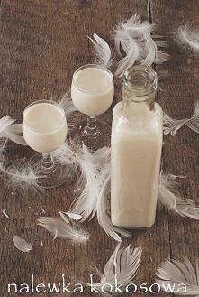 Wiórki wsypać do słoiczka i zalać alkoholem. Zakręcić i zostawić na cztery dni. Po tym czasie odsączyć (wiórki można wykorzystać do ciasta). Do dzbanka wlać obie puszki mleka sk...