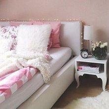 Cudowne łóżko i stolik nocn...